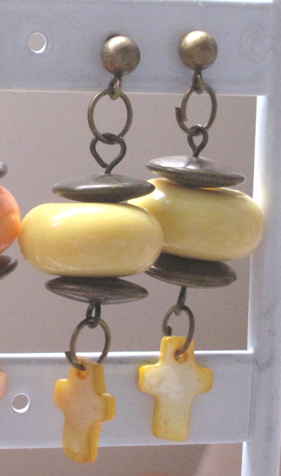 Les boucles jaune galet et croix en nacre assortie